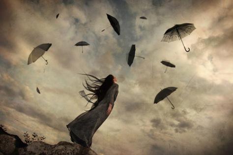 mujer-mirando-al-cielo-paraguas-volando
