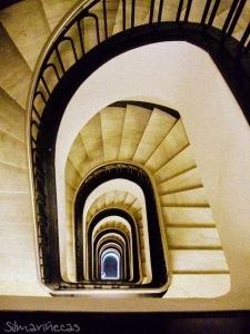escaleras del edificio de laboral kutxa